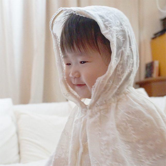 紫外線対策+αのお利口アイテム! フラワー刺繍のフード付きケープでおしゃれにお出かけしよう!